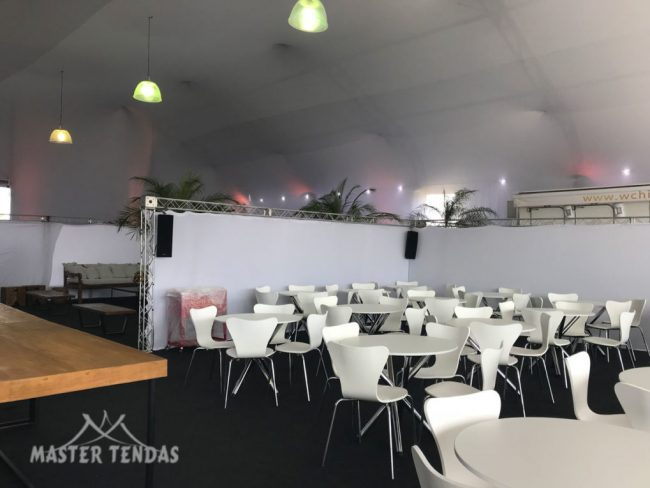 Tendas para eventos com mesas decorativas